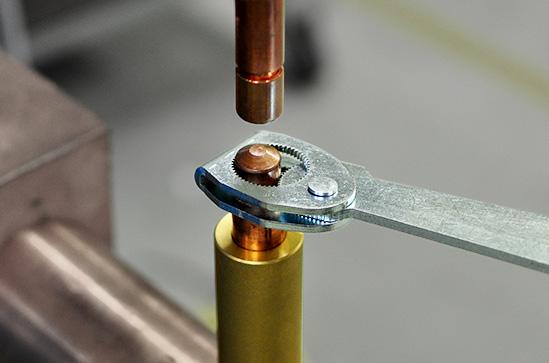 Elektróda sapka eltávolítása CRT-1 kulcs segítségével