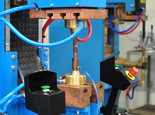 Zvárací lis so zostavou na výstupkové zváranie s držiakom BOL